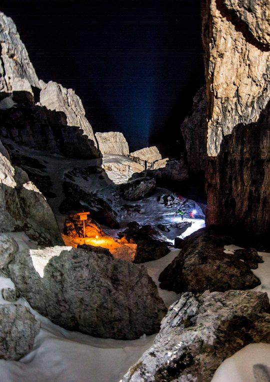 Skialp Scoiattoli 5 Torri 2017, scialpinismo in notturna tra le 5 torri illuminati dalle fiaccole