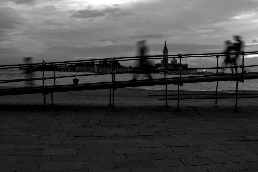 Ponteggio provvisorio a Venezia, immagine in bianco e nero di persone che passano sul ponte.