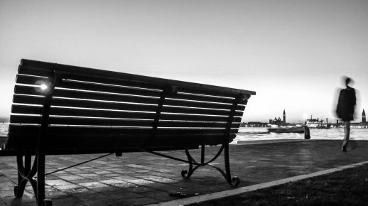 Immagine di una panchina a Venezia al tramonto in bianco e nero