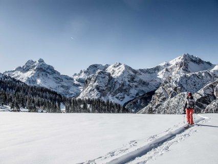 Ski-touring toward forcella Lerosa, Veronica Alverà with Tofana, Taè and Col Bechei in the background.
