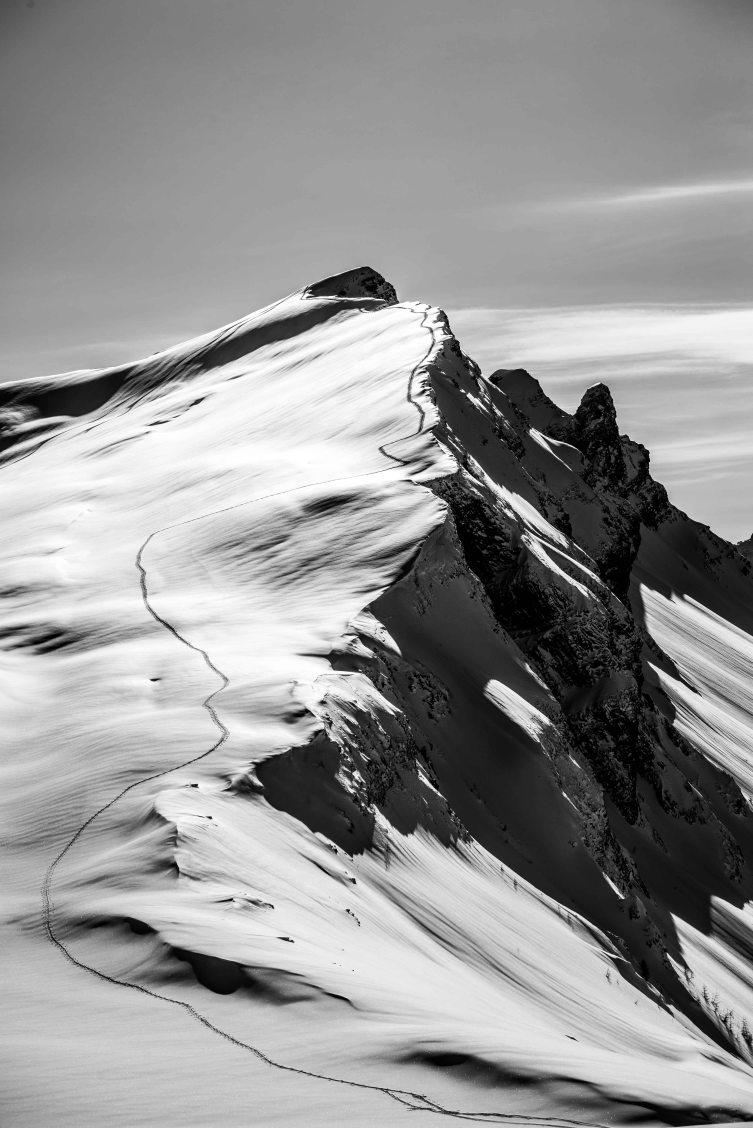 Luci e ombre sulla traccia di salita invernale al Corvo Alto