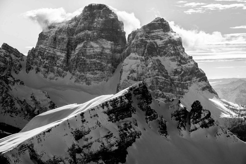 bianco e nero del Corvo Alto in inverno e il Pelmo sullo sfondo