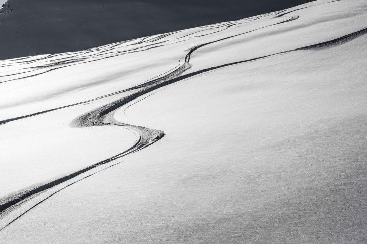 Tracce di sci sulla neve.