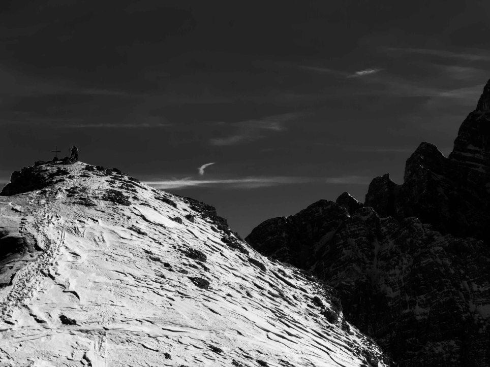 Scialpinisti con la croce di vetta della Rocchetta di Prendera.