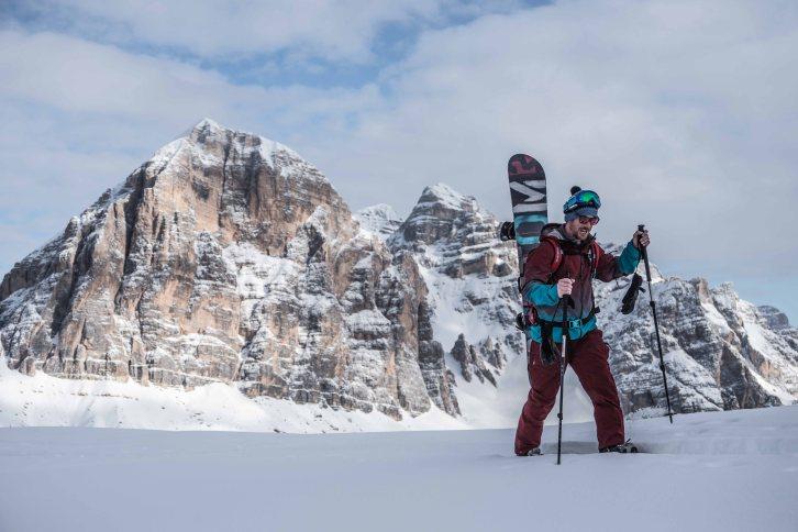 Snowboard freeride con le Tofane alle spalle