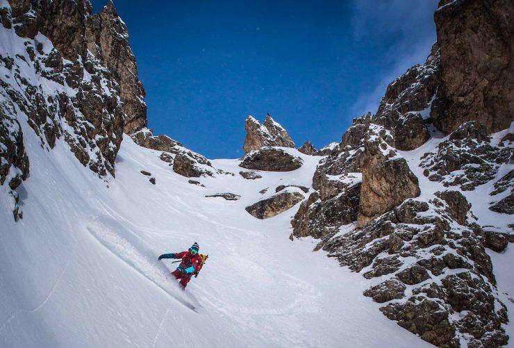 discesa con lo snowboard in un couloir delle Dolomiti.